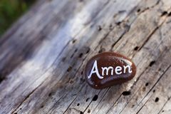 La petite roche brune peinte énonce amen Photographie stock libre de droits