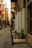 La petite rue avec de vieux bâtiments et fenêtres Image stock
