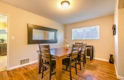 La petite salle à manger avec le plancher en bois, table en bois rustique a placé image libre de droits