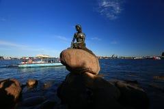 La petite statue de sirène à Copenhague - au Danemark images stock