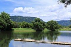La petite table observent sur la rivière Photographie stock libre de droits