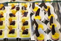 La petite vanille durcit dans une boutique de pâtisserie de luxe Photo stock