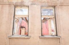 La petite vieille et abandonnée maison endommagée a fendu des fenêtres sans toit démoli par le plan rapproché de destruction de t photo stock