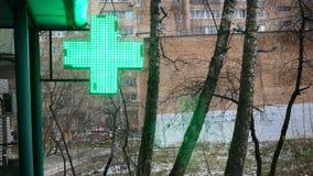 La pharmacie croisée verte dans le concept de ville du style de vie de santé, ne sont pas malade, pas des médecines d'achat, soit Images libres de droits