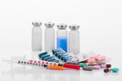 La pharmacologie marque sur tablette des seringues de fioles image libre de droits