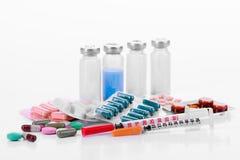 La pharmacologie marque sur tablette des seringues de fioles photos stock