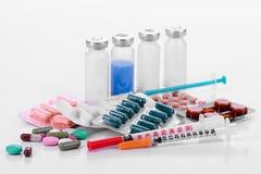 La pharmacologie marque sur tablette des seringues de fioles image stock