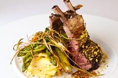 La photo élégante de nourriture des nervures a servi du plat blanc Image stock