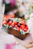 La photo brouillée du gâteau délicieux de fruit, pleines des fraises et des cerises Seulement la petite partie de ceci impression Photos libres de droits