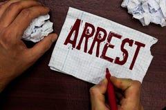 La photo conceptuelle d'arrestation d'apparence de signe des textes saisissent quelqu'un par autorité juridique et les prendre da photographie stock libre de droits