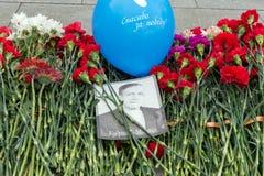 """La photo d'un combattant et un ballon avec les mots """"vous remercient de la victoire """"sont sur les fleurs photo libre de droits"""