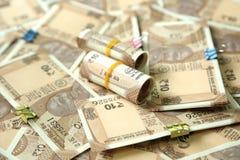 La photo de la devise indienne dispersée note et roule la note de devise de 10 roupies photo stock