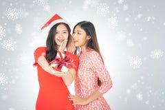 La photo de la femme curieuse asiatique dans la robe rouge apprécient le cadeau BO de nouvelle année photos libres de droits