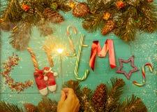 La photo de la guirlande brûlante, sapin s'embranche, exprime Noël Images stock