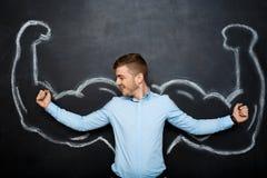 La photo de l'homme drôle avec le faux muscle arme photographie stock