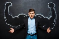 La photo de l'homme fol confus avec le faux muscle arme Image libre de droits