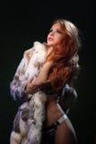 La photo de la belle fille sexuelle est dans le style de mode, lingerie, manteau de fourrure Photographie stock