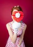 La photo de la belle jeune femme dans le vintage a pointillé la robe avec mignon Photos libres de droits