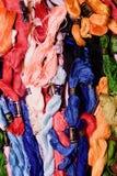 La photo de la broderie d'ensemble filète la soie Foyer sélectif L'image peut être utilisée comme fond Fils de coton colorés Images libres de droits