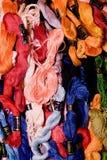 La photo de la broderie d'ensemble filète la soie Foyer sélectif L'image peut être utilisée comme fond Fils de coton colorés Photo libre de droits