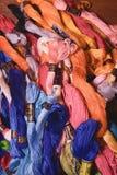 La photo de la broderie d'ensemble filète la soie Foyer sélectif L'image peut être utilisée comme fond Fils de coton colorés Photographie stock