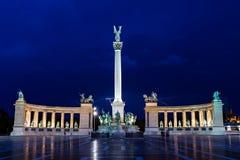 La photo de nuit des héros ajustent à Budapest, Hongrie Photographie stock