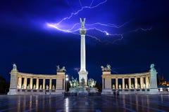 La photo de nuit des héros ajustent à Budapest, Hongrie Images libres de droits