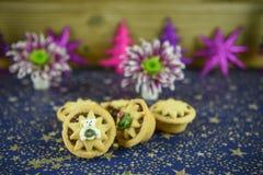 La photo de photographie de nourriture de Noël avec la nourriture traditionnelle des minces pies avec les fleurs anglaises d'hive images libres de droits