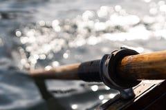 La photo de plan rapproché de la palette en bois fixée au bateau utilisé pour ramer dans l'eau, lac a saigné un jour ensoleillé photo stock