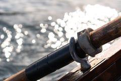 La photo de plan rapproché de la palette en bois fixée au bateau utilisé pour ramer dans l'eau, lac a saigné un jour ensoleillé photographie stock libre de droits