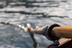 La photo de plan rapproché de la palette en bois fixée au bateau utilisé pour ramer dans l'eau, lac a saigné un jour ensoleillé photos stock