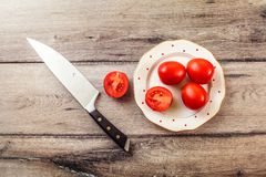 La photo de table des tomates, l'une d'entre elles a coupé Images libres de droits