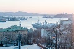 La photo de la ville par la mer images stock