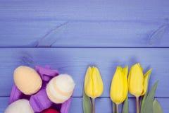 La photo de vintage, bouquet des tulipes et des oeufs de pâques frais a enveloppé la ficelle de laine, la décoration de Pâques, l Photographie stock