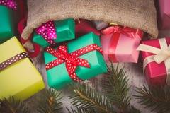 La photo de vintage, les cadeaux enveloppés dans le jute mettent en sac pour Noël ou toute autre célébration Photos stock