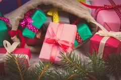 La photo de vintage, les cadeaux enveloppés dans le jute mettent en sac pour Noël ou toute autre célébration Photographie stock libre de droits