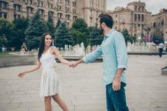 La photo de vue de côté de profil de franc gai de jolie belle promenade avec du charme de personnes apprécient l'usage de visite  images stock