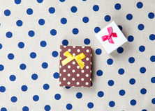 La photo des cadeaux mignons sur le blanc merveilleux a pointillé le fond Photo libre de droits