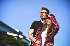La photo des couples heureux marchent sur la rue et l'amusement de avoir Photos libres de droits
