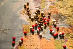 La photo du concept de voyage de carte du monde avec beaucoup de punaises goupille l'Europe et le pays environnant Photo libre de droits