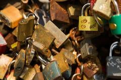 La photo en gros plan de mur de cadenas, symboles de forever aiment Photographie stock