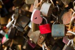 La photo en gros plan de mur de cadenas, symboles de forever aiment Image libre de droits