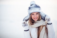 La photo extérieure de mode de la femme magnifique avec de longs cheveux blonds porte le manteau blanc luxueux Images libres de droits