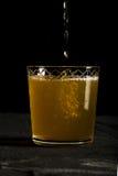 La photo foncée fraîche de bière de gingembre avec éclabousse le macro de plan rapproché Image libre de droits