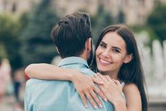 La photo haute étroite de la jeunesse mariée de personnes de couples gais positifs de contenu ont franc toothy de week-end de bal image stock