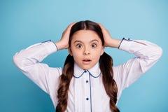 La photo haute étroite de l'enfant effrayé entendent le chemisier blanc de nouvelles de contact de paumes d'usage principal terri photos libres de droits