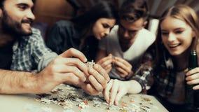 La photo haute étroite des amis a remonté le puzzle photo stock
