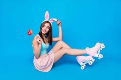 La photo latérale intégrale de taille du corps de profil belle reposent le plancher elle son lapin de Pâques savoureux doux rouge photos stock