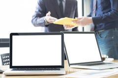 La photo molle pour se sentir détendent des ordinateurs portables sur le bureau dans le bureau avec le MOIS Image libre de droits