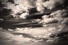 La photo monochrome de sépia opacifie le coucher du soleil et le lever de soleil de ciel, noirs et blancs Image stock